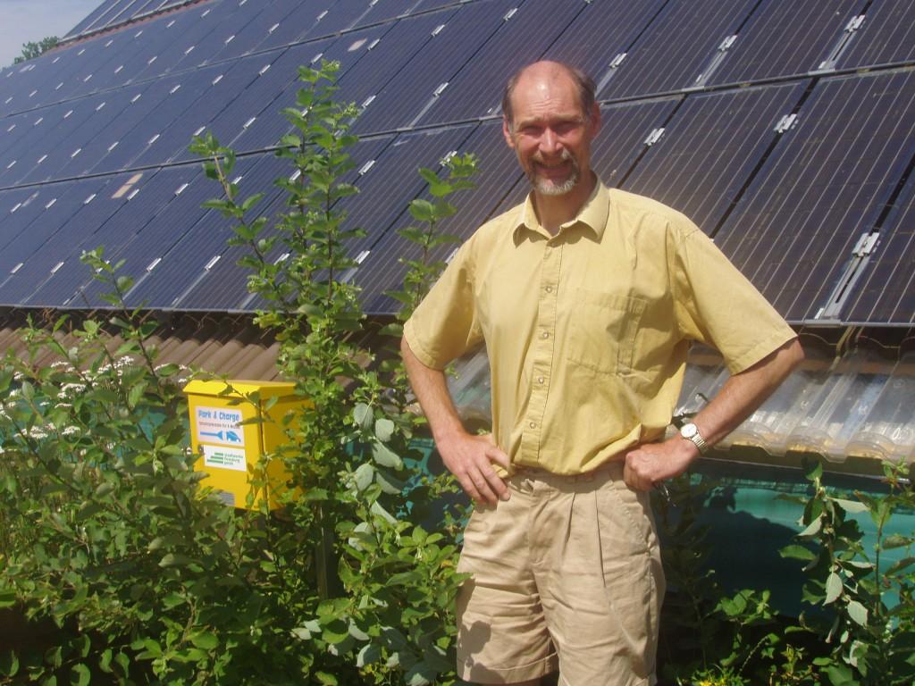 Werner Kiwitt vor der nördlichsten Park&Charge Elektrotankstelle Deutschlands