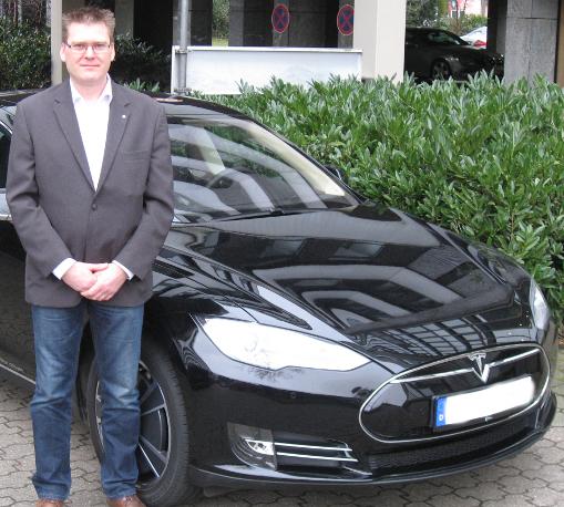 Herr Freese mit einem Flottenfahrzeug - E-Fahrzeug Tesla