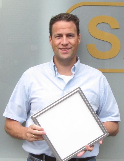 Marcel Möskes mit einem LED Panel, wie es in der OGS Hubertusschule Schiefbahn verbaut wurde